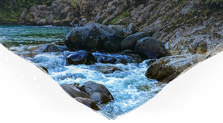 Górski potok i zbocze z dużymi głazami